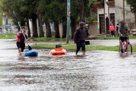 Las lluvias y los vientos de hasta 90 km generaron inundaciónes en toda la zona ribereña, Quilmes fue uno de los municipios más afectados. Foto: LA NACION / Fernando Massobrio