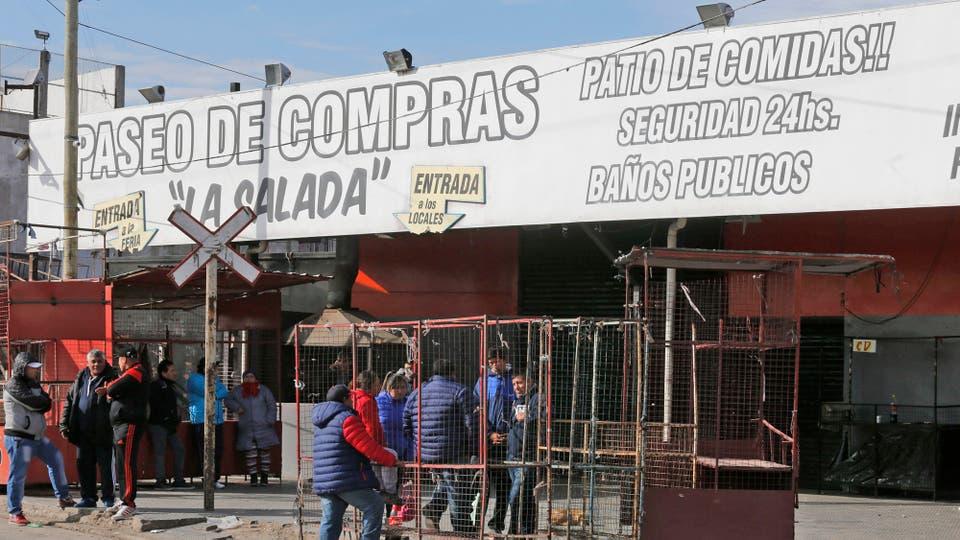Un operativo policial desconcertó a vendedores preocupados por conseguir la apertura de las puertas. Foto: LA NACION / Ricardo Pristupluk