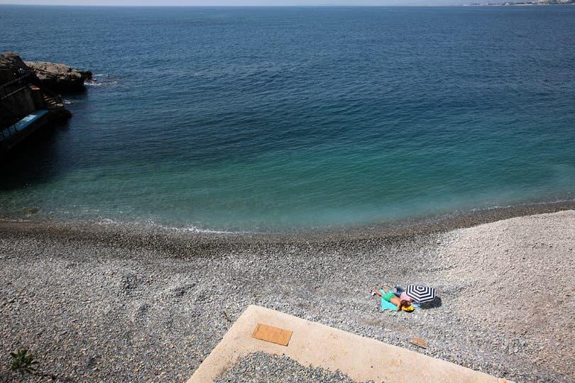 Sobre gustos no hay nada escrito: Unos prefieren tomar sol en la playa.... Foto: AFP
