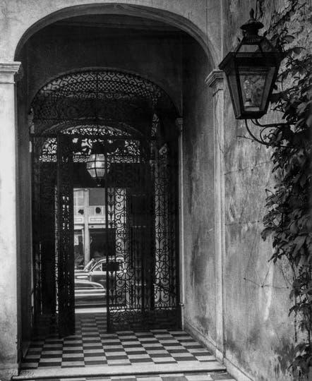Serie de los patios. Zaguan de la Sade. Sociedad Argentiana de escritores. 1951. Foto: Grete Stern