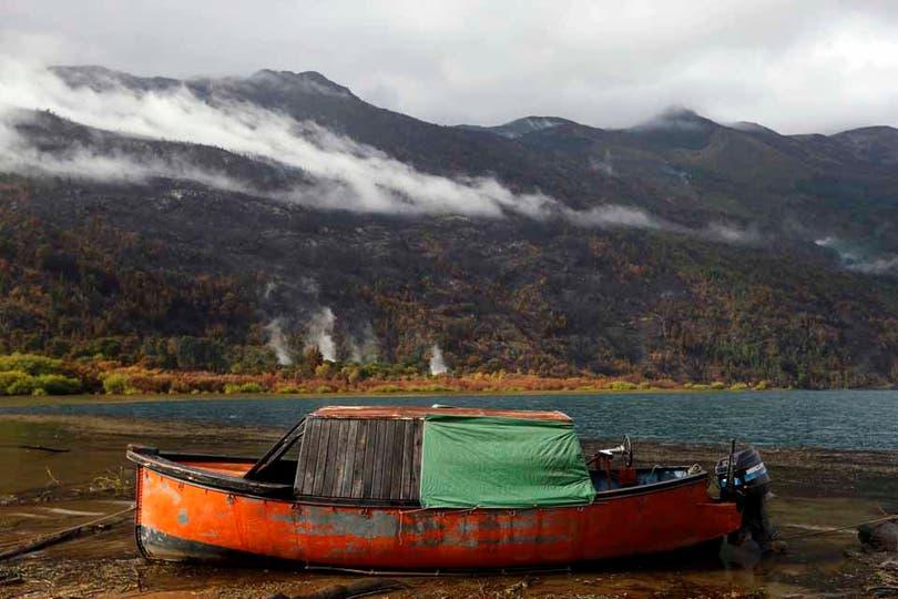 El humo aún puede verse salir de las montañas. Foto: LA NACION / Emiliano Lasalvia