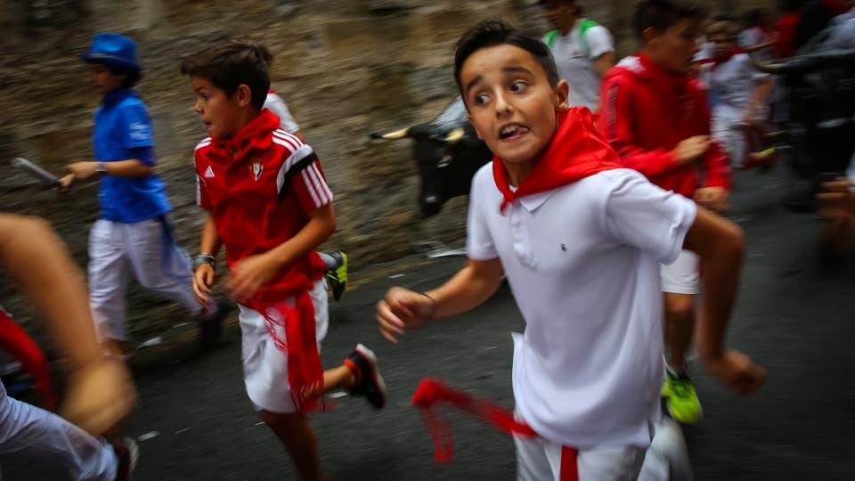 """Los niños corren en el """"Encierro Txiki"""" . Foto: Reuters / Susana Vera"""
