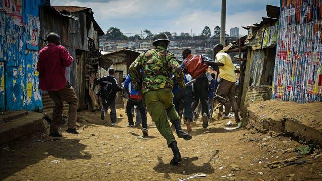 La policía de Kenia persigue a manifestantes en el barrio pobre de Mathare en Nairobi