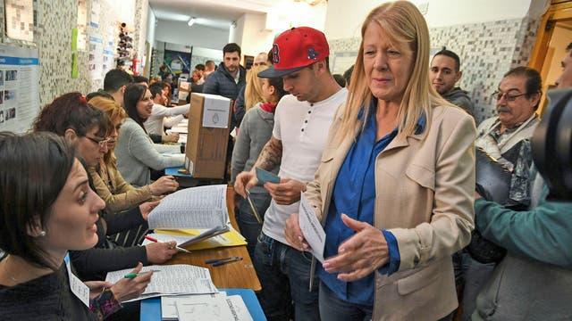 La precandidata Margarita Stolbizer, votó en el colegio Williams Morris de Castelar.