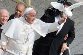 Francisco soltó las palomas que unos peregrinos le regalaron antes de la audiencia