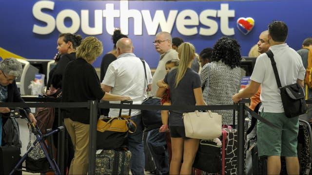 Los pasajeros se amontonan en el aeropuerto de Tampa, en Florida, por el huracán Irma