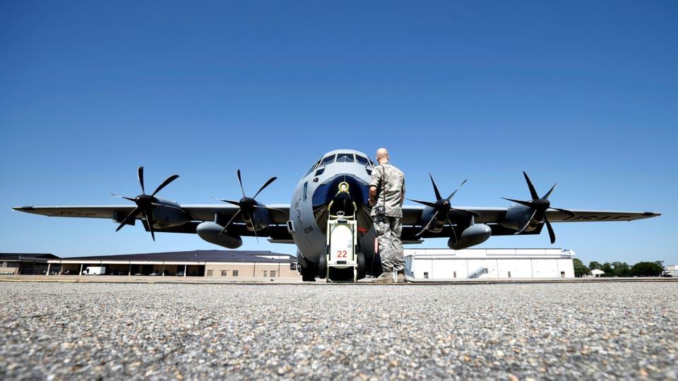 El robusto WC-130J Super Hercules, es preparado para el despegue en la Base Keesler, en Biloxi Mississipi. Foto: Reuters / KEVIN LAMARQUE