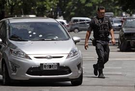 El automóvil Ford Fiesta Kinetic en el que viajaban los policías recibió por lo menos 16 balazos