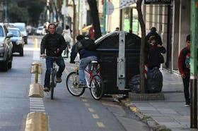 En la zona de Once, un contenedor ocupa la mitad de la ciclovía. Los ciclistas tienen que esquivarlo