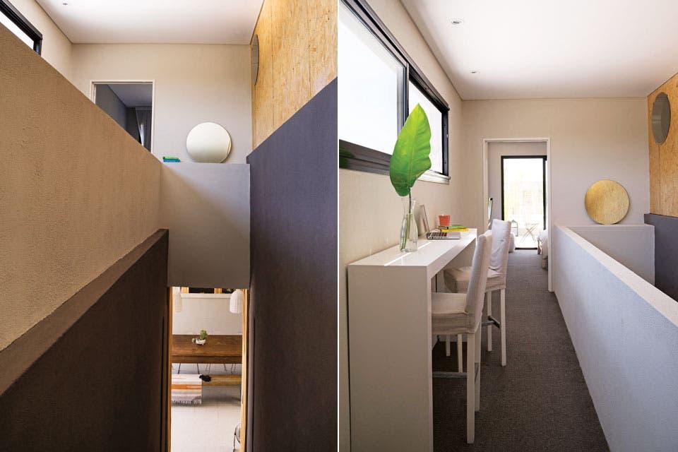 En la ampliación del primer piso se incorporó una sección revestida en OSB para sumar una textura de madera. Se destacan las entradas de luz natural y el encuentro de los materiales en los diferentes planos (Anclaflex). El pasillo que balconea a la planta baja se aprovechó para hacer un escritorio.  Foto:Living /Celeste Najt