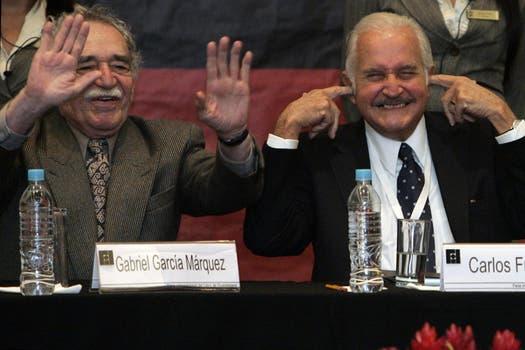 El escritor mexicano Carlos Fuentes y el colombiano ganador del Premio Nobel de Literatura Gabriel García Márquez bromean durante una conferencia en la Feria Internacional del Libro de Guadalajara, México, Domingo, 30 de noviembre 2008. Foto: Archivo