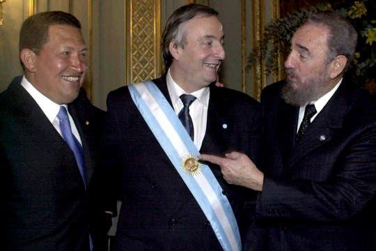 Hugo Chavez y Fidel Castro tras la asunción de Néstor Kirchner en mayo de 2003. Foto: Archivo