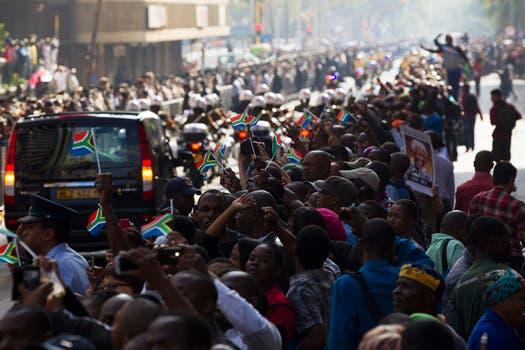 Un río de gente se va a los largo de las calles en toda la ciudad de Pretoria. Foto: Reuters