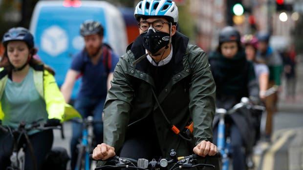 Debido a la contaminación del aire en Londres, muchas personas circulan por el centro con barbijos
