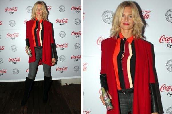 Liz Solari estuvo en la expo de Coca Light y combinó una camisa rayada bien colorida con un saco rojo a tono. Foto: Virtual Press