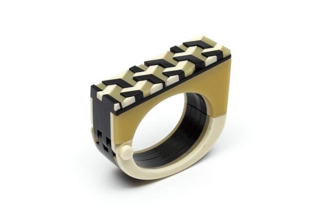 Un anillo de impecable encastre de su colección Ideal