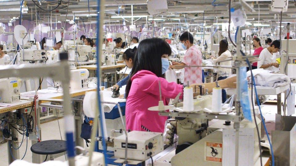Las condiciones de hacinamiento en que se hace la ropa en la mayoría de los talleres del mundo se sigue denunciando