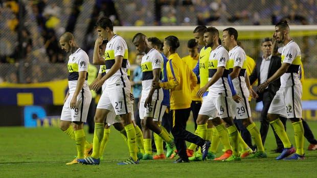El equipo de Boca se va cabizbajo al vestuario, tras el empate frente a Patronato