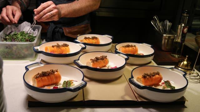 La carta del restaurante propone un menú donde lo folklórico se combina con lo religioso.
