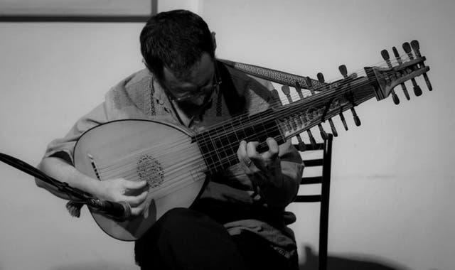Hernán Vives toca el laúd creado por Matías Crom
