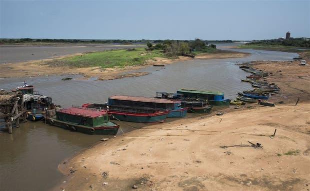 """A pocos kilómetros de Asunción, la capital paraguaya, las """"chatas"""" esperan su carga de marihuana para navegar río abajo"""