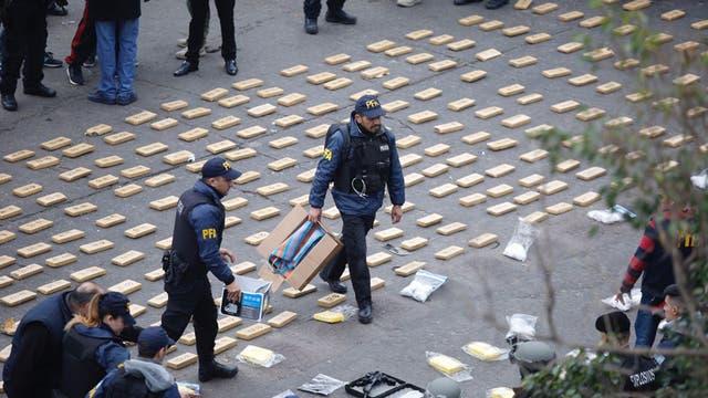 Según informaron fuentes policiales a LA NACION, al sospechoso de nacionalidad paraguaya le secuestraron seis panes de 100 gramos de pentonita cada uno, además de detonadores y cordones para activar los explosivos y regular el tiempo de la detonación