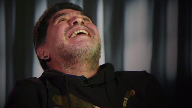 Maradona marca golazo de tiro libre ¡zurda intacta!