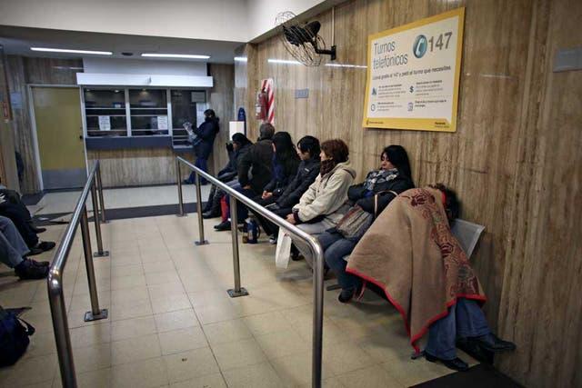 De madrugada, la clásica postal del hospital Argerich, con largas filas para acceder a una consulta