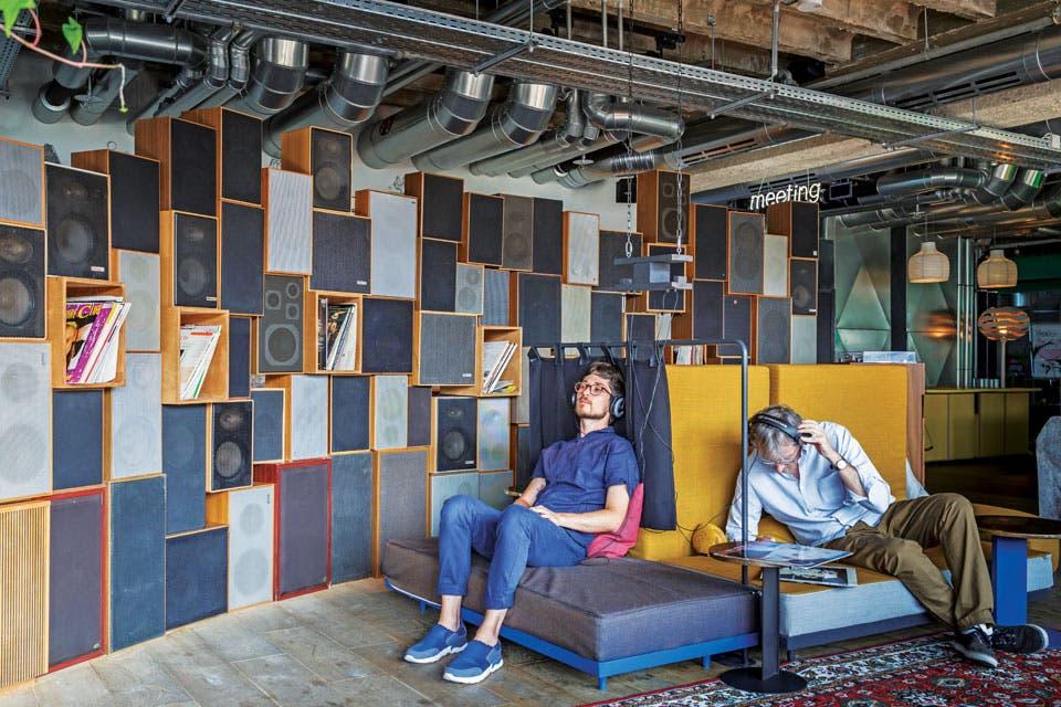 Un sector de encuentro y relax limitado por una composición de viejos parlantes y cajas con discos de vinilo.  Foto:Living /Daniel Karp