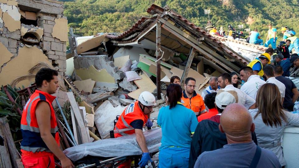 El terremoto tuvo 14 réplicas durante la noche, por lo que muchas personas decidieron pasar la noche a la intenperie. Foto: AFP