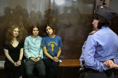 """Las tres integrantes del grupo durante el juicio en que fueron condenadas por """"vandalismo e incitación al odio religioso"""""""