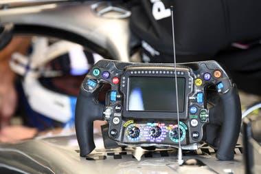 El comando de un Mercedes Benz en los boxes de Monaco.