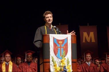 Lindsay en una conferencia con los estudiantes de la universidad jesuita de San Luis en la que él estudió