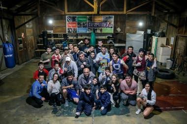 Alumnos del programa Formando en el Deporte, junto al coordinador Virgilio Pato Arauz y el profesor Gabriel Tato Cordoba, en el Gimnasio de la Asociacion de Tecnicos de Boxeo