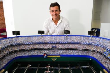 Gribaudo posa detrás de la maqueta de la Bombonera, tal como propone remodelar