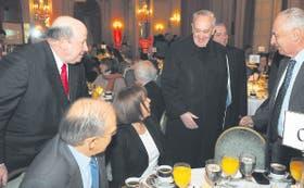 Bergoglio saludó a la senadora Hilda Duhalde antes de ingresar; a su lado, Roberto Dromi