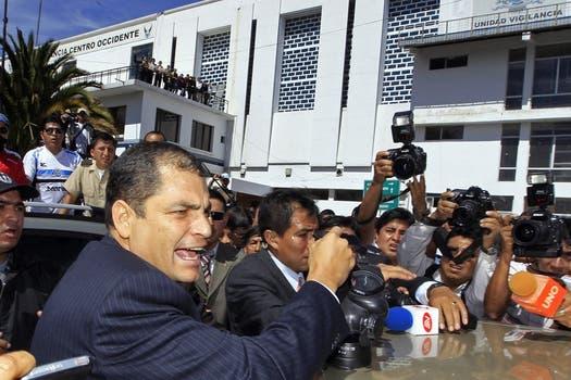 El presidente de Ecuador, dentro de la sede principal de la Policía Nacional, a donde se caercó para poder dialogar con los policías. Foto: Reuters