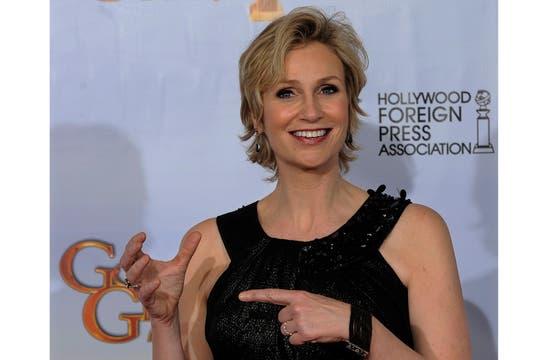 Ella bromea con su premio fantasma, pero sabe que tiene nombre y apellido el Globo de oro a la mejor actriz de reparto en comedia de tevé: Jane Lynch (Glee). Foto: AP