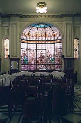Vista del gran vitral del fondo, que data de la década del veinte