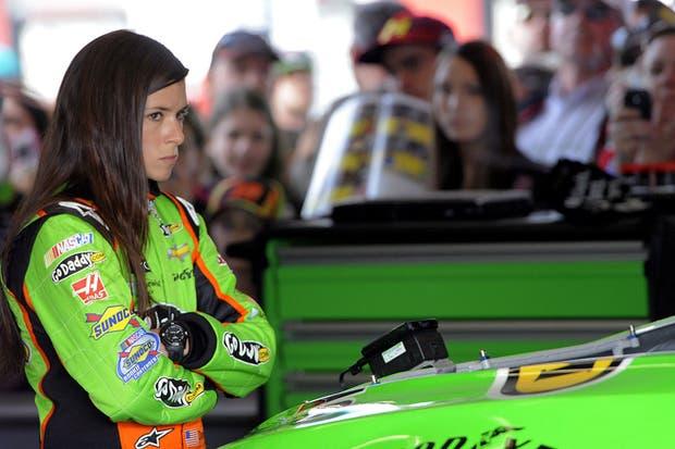 Danica Patrick, se lleva todas las miradas en el NASCAR.  Foto:AP