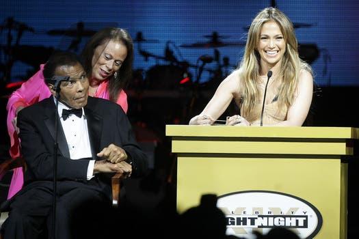 Jennifer Lopez fue una de las responsables de conducir un tributo que se le hizo a Muhammad Ali, a quien se lo ve junto a su esposa Lonnie. Foto: AP