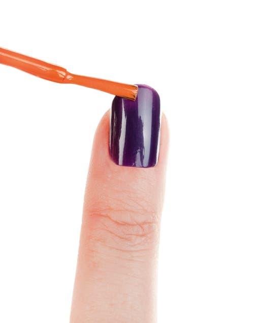 Con el esmalte naranja hacer la francesita. Si el esmalte no es muy cubritivo, colocar una base con esmalte blanco, dejar secar y luego aplicar el esmalte naranja.