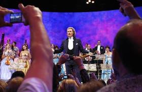 El holandés no le da jamás la espalda al público; todo lo contrario, lo encara, lo observa, juega con él -y así-, lo deleita