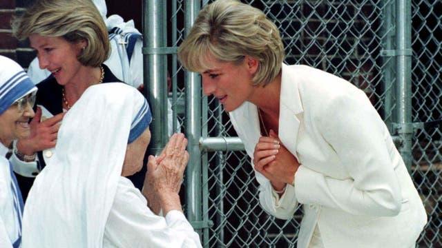Lady Di saluda a la Madre Teresa; ambas mujeres fueron reconocidas mundialmente por su labor solidaria