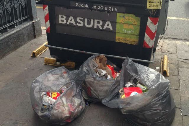 La basura acumulada frente al contenedor
