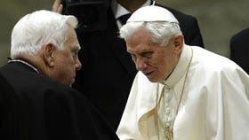 Law saluda al Papa Benedicto XVI en 2013.