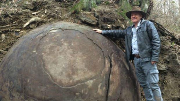Semir Osmanagic posa junto a su hallazgo: una piedra gigante que, asegura, podría ser la más antigua del mundo