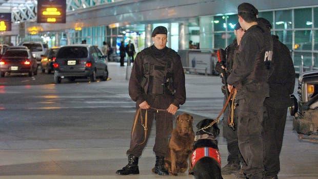 Evacuaron la terminal C del aeropuerto de Ezeiza por un maletin abandonado: tenía una computadora portatil