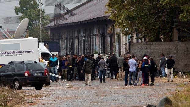 Operativo policial en los galpones al costado de las vias de Av juan B Justo entre Honduras y Soler. Foto: LA NACION / Fernando Massobrio