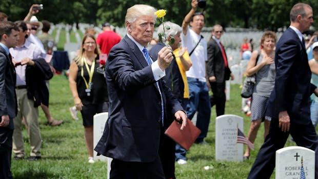 Trump homenajeó ayer a los soldados caídos en el cementerio de Arlington